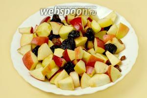 Нарезаем небольшими кусочками яблоки (3 шт.), смешиваем с вымытым черносливом (50 г) и изюмом (30 г), добавляем половину ромово-медовой смеси. Оставшуюся часть оставляем до момента запекания.
