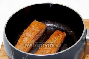 В ложке растительного масла обжарить филе сёмги с двух сторон.