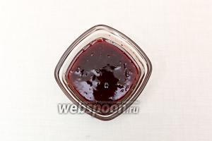 Из лайма выжать сок, чтобы получилось 2 ст. л., смешаем его с мёдом и вареньем.