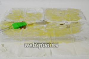 Тесто фило выкладываем на рабочую поверхность сразу по 2-3 листика вместе. Смазываем оливковым маслом.