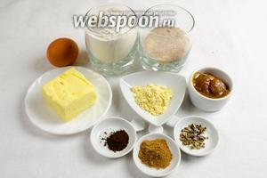 Чтобы приготовить печенье, нужно взять муку, соду, пряности: имбирь, корицу, гвоздику, кардамон, (щепотку черного перца — факультативно), мёд гречишный, соль, яйцо, масло сливочное, сахар коричневый.