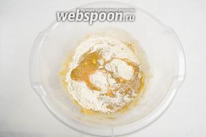 Частями добавить в масляную смесь сухую смесь муки с пряностями. Перемешать деревянной ложкой.