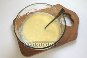 Творог растереть с желтками, сметаной, сахаром и ванилином.