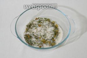 В глубокой тарелке смешиваем соль кусочки лаврового листа, измельчённый тимьян и розмарин. Перемешиваем. Смесь делим на 2 части.