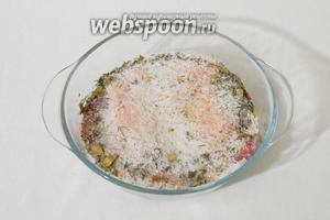 В миску с солью выкладываем подготовленную утиную грудку, засыпаем остальной солью и травами.