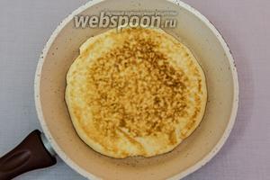 Наколем вилкой, жарим на сухой сковороде с двух сторон до румяной корочки.