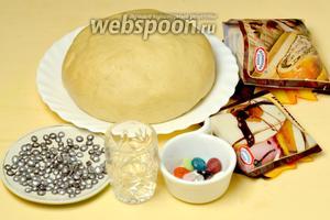 Для пирога нам понадобится приготовленное  «холодным» способом дрожжевое тесто  (из полной порции нам понадобится только 700 г, остальное тесто можно использовать на другую выпечку), готовая ореховая начинка, белая помадка для покрытия, серебряные шоколадные капли, водка и разноцветные пуговички для гадания.