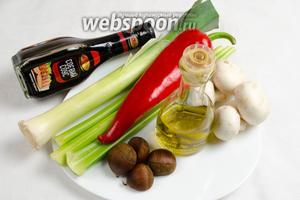 Чтобы приготовить овощное рагу, нужно взять: сельдерей, лук-порей, грибы, перец, каштаны, оливковое масло, соевый соус.