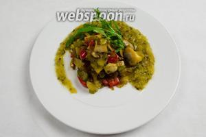 На тарелку выложить горкой соте. Добавить соус. Украсить зеленью и проростками. Подавать в тёплом виде на обед или ужин.