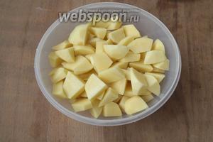 Картофель вымыть и почистить, нарезать кубиками. Залить водой и варить до готовности.