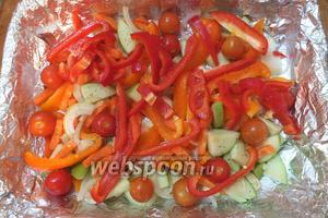 Через 2,5 часа нарежьте овощи, сбрызните оливковым маслом, выложите в форму, добавьте немного воды и соли.