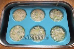 Когда масло в формочках нагреется, влейте в них тесто, наполняя на 2/3.