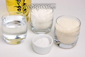 Для приготовления теста понадобится мука пшеничная, манка, тёплая вода, соль и оливковое масло.