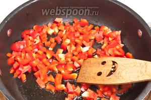 Тоже самое проделать с сладким перцем. Его необходимо также обжарить.