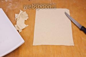 Теперь раскатываем тесто очень тонко, воспользовавшись прямоугольной тарелкой обрезаем тесто так, как нам надо. Проделываем это со всем тестом.