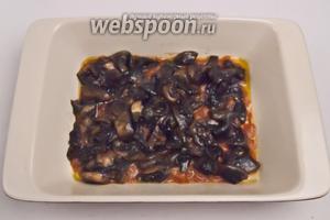Затем выкладываем томатный соус, а сверху грибы (начинки не должно быть слишком много).