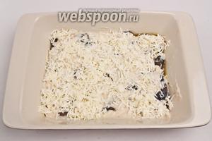 Далее пару ложек соуса «бешамель» и трём моцареллу. После накрываем листом лазаньи.