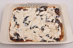 Теперь снова томатный соус, грибы, «бешамель» и моцарелла, сверху тесто.