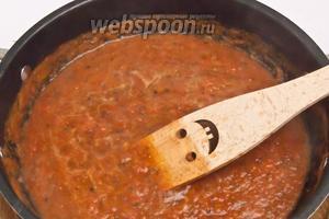 Дать покипеть около 5-10 минут, чтобы испарилась лишняя жидкость и добавить бальзамический уксус, соль, сахар и перец. Оставить, накрыв крышкой на пару минут. Затем снять с огня.