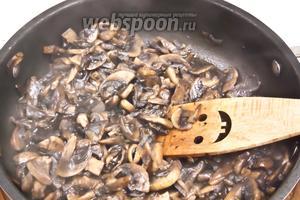 Теперь возьмёмся за начинку. Нагреть сковороду, добавить масло и обжарить мелко нарезанный лук до слегка золотистого цвета. Затем добавить грибы и обжарить до полуготовности.