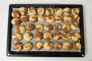 Выпекаем курабье при температуре 170°C не больше 15 минут. Затем, духовку выключаем и оставляем печенье внутри остывать, так оно дойдёт до готовности.