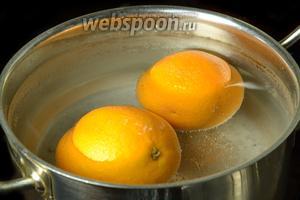 Перекладываем апельсины в холодную воду, в это время кипятим новую порцию чистой воды и варим апельсины ещё 5 минут, после чего остужаем.