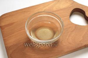 Для маринада уксус смешать с сахаром и солью. Аккуратно смешать рис с маринадом.
