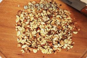 Орехи нарубить (у меня фундук и грецкий, в рецепте миндаль).