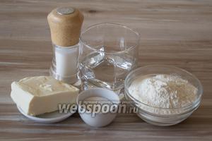 Для начала приготовим тесто. Для этого потребуется мука, сахар, масло сливочное охлажденное, соль и вода холодная 3-4 столовых ложки.