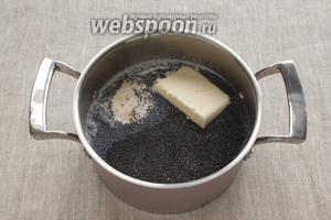 В кастрюльке соединить молоко с маком, манной крупой, 100 г сливочного масла, 150 г сахара, ванильным сахаром.