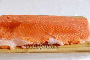 Рыбу вымыть и освободить от кожи.
