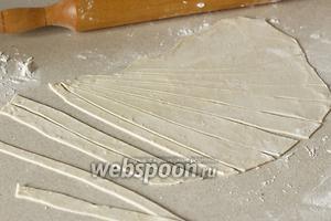 Пельменное тесто нарезать полосками для уздечек и в форме острых уголков — для гривы.