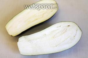 Большой баклажан разрезать пополам, удалив плодоножку.