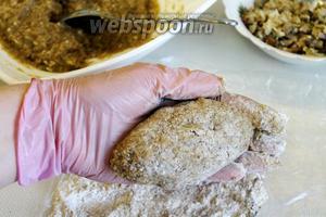 Формовать зразы, обваливать в панировке. И сразу обжаривать на сковороде с разогретым маслом с двух сторон.