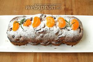 Остывший кекс посыпать сахарной пудрой, украсить дольками мандарина и веточками розмарина. Приятного аппетита!