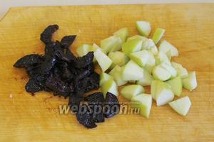 Нарезать промытый чернослив и очищенное от сердцевины яблоко.