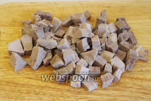 Кубиками порезать отваренную говядину.