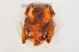 Готовую курицу переложить на блюдо. Дать немного остыть.