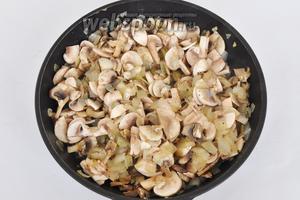 Добавить грибы и жарить пока из грибов не выпариться немного жидкости.