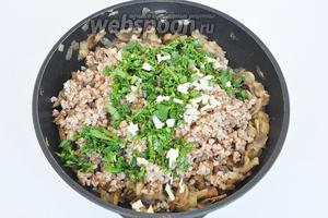 Когда грибы готовы, добавить отваренную гречку, зелень и чеснок. Посолить и перемешать начинку.