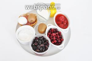 Подготовим все ингредиенты. Яйца, сахарная пудра, крахмал кукурузный, лимонный сок. Ягоды, киви, клубнику и сливки жирностью 33%.