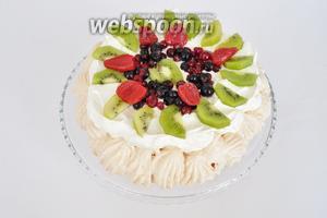 Украсить ягодами и фруктами. Торт готов. Подавать сразу.