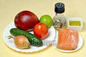 Для приготовления тартара нам понадобится слабосолёная красная рыба (у меня форель), манго, помидор, огурец, лук, оливковое масло, лаймовый или лимонный сок, свежемолотый перец.