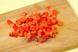 Из помидора удаляем семечки с соком, также нарезаем кубиками.