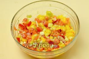 Заправляем нарезанные ингредиенты соусом, перемешиваем.