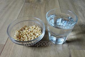 Для приготовления кедрового молока нам понадобится: кедровые орешки и вода кипячёная.