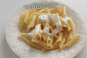 Выложить на тарелку макароны и полить йогуртом.