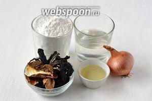 Для приготовления «ушек» с лесными грибами нам понадобится мука, вода, лук, масло подсолнечное, грибы подосиновики сушёные, грибы белые сушёные, соль.