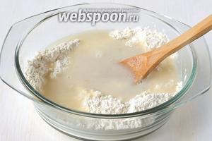 Добавить кипящую воду с растворённой в ней солью.