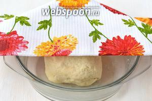 Замесить тесто и оставить под полотенцем на 20-30 минут.